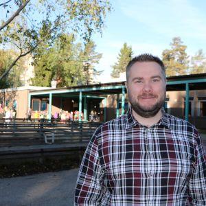 Rektor Per Wiander utanför Mårtensdals skola i Vanda.