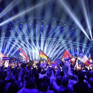 Publikhav med flaggor som vajar framför ESC-scenen i Portugal 2018.