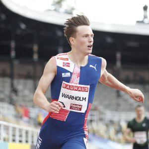 Karsten Warholm springer i mål i Stockholm.