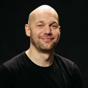 Aleksis Salusjärvi hymyilee.