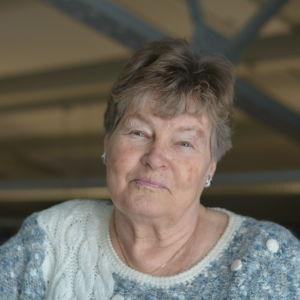 En äldre dam med ljust hår.