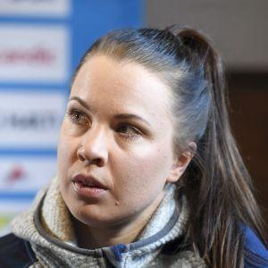 Kerttu Niskanen under en presskonferens i Seefeld.