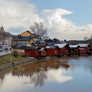 Vy från gamla bron mot Borgå å. Man ser de röda bodarna och gatan som leder till rådhustorget.