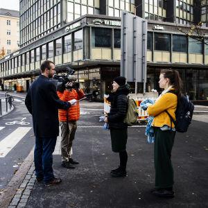 Toimittaja Heikki Valkama haastattelee, tv-kuvaaja Markku Rantala kuvaa Sörnäisten Kurvissa lokakuussa 2020, aiheena elintarvikelain muutos.