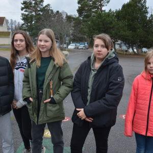 Ungdomar på skolgården i Korpo.