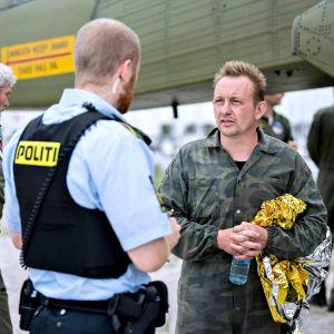 Den danska u-båtsägaren Peter Madsen i samspråk med polis