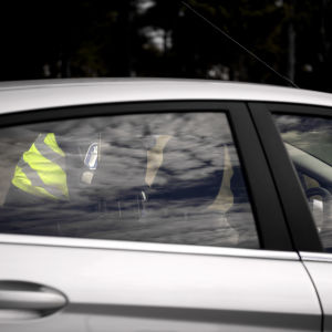 Poliisi valvoo liikennettä.