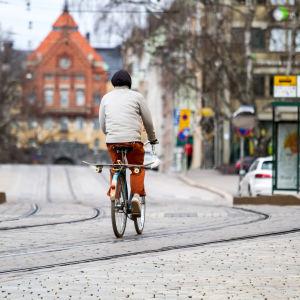 Pyöräilijä Helsingin Snellmaninkadulla.