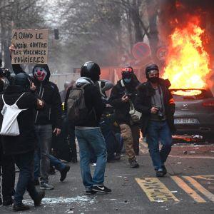 Demonstration i Paris där någon antänt ett fordon på gatan.