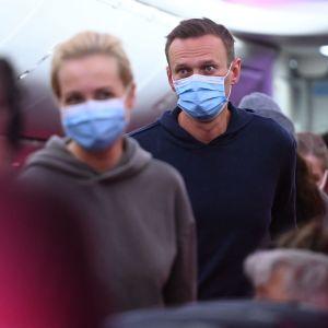 Aleksej Navalnyj ombord på det landade flygplanet.