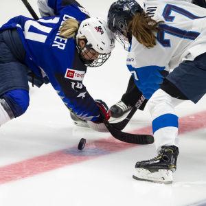 USA:S Brianna Decker och Finlands Susanna Tapani i tekning
