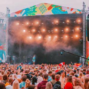 En stor publik framför en scen på Ruisrock 2019. artisten som uppträder är Bad Bunny.