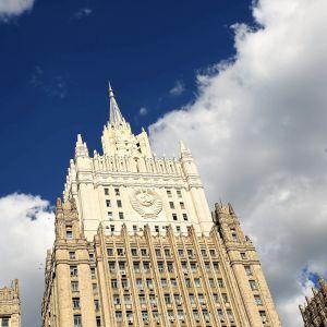 Venäjän ulkoministeriön rakennus seisoo auringonpaisteessa. Rakennuksen tyyliä voisi kuvata stalinistiseksi gotiikaksi.