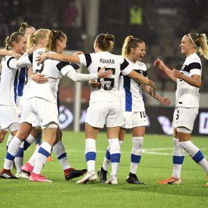 Finland firar segern efter slutsignalen.