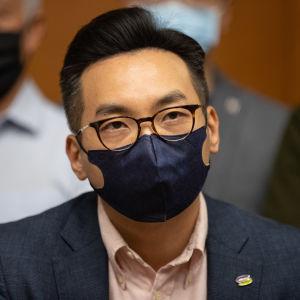 Alvin Yeung maski kasvoillaan.