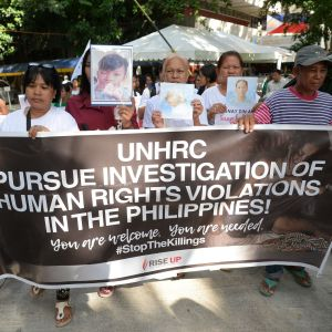 Släktingar till offer i kriget mot droger håller porträtt av sina släktingar under en minnesstund på den filippinska mänskliga rättighetskommissionen i Manila den 9 juli 2019.