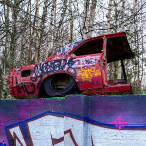 Graffiti och bilvrak.