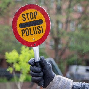 """Skylt med texten """"stop poliisi"""""""
