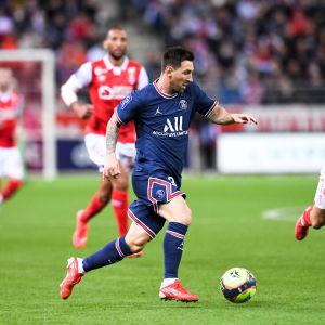 Lionel Messi med bollen.
