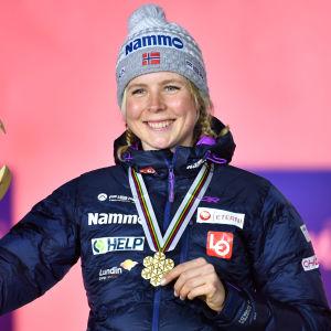 Maren Lundby posserar med pris.