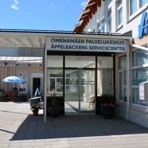 Ingången till Äppelbackens servicecenter, sedd utifrån.