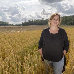 Ekoodlaren Nina Långstedt stående i sin veteåker.