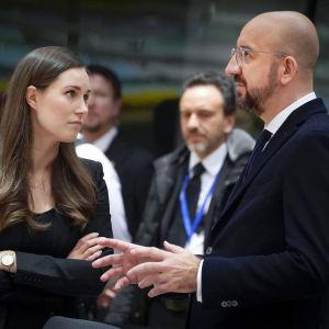 Sanna Marin och rådsordföranden Charles Michel vid det föregående toppmötet i Bryssel den 13 december.