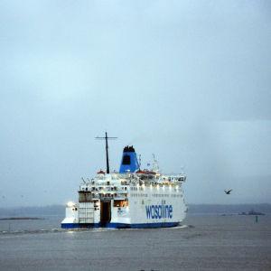 Fartyget Wasa Express kör ut ur Vasa hamn. Vädret är grått.