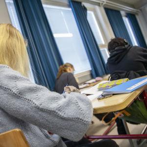 Oppilaita opiskelemassa Minna Canthin koululla