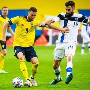 Marcus Berg ja Tim Sparv kamppailemassa pallosta Tukholmassa 29.5.2021