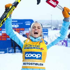 Therese Johaug jublar efter segern i Beitostölen.