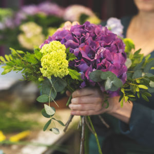 Floristi sitoo kukkaimppua.