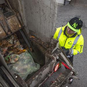 Tomi Tuononen tyhjentää Jätekukon biojäte roska-astioita roska-autoon.