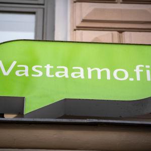 Psykoterapicentret Vastaamos logga på en husfasad.