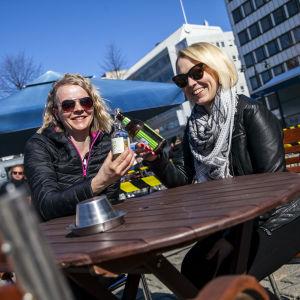 Henna Rissanen ja Riika Tikkunen nauttimassa virvokkeita terassilla Kuopiossa.