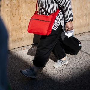 Nainen kävelee.