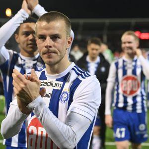 HJK:n pelaajat kiittivät kannattajiaan Stadin derbyn jälkeen. Voittomaalista vastasi kuvassa etualalla oleva Roope Riski.