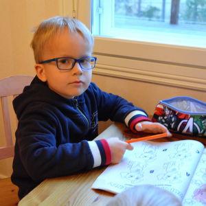 Sexåriga Albin Backman på Vessö, Borgå.