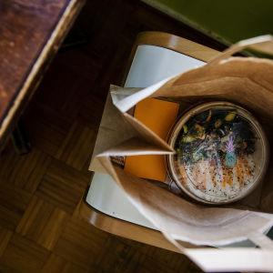 Matportion förhemleverans i brun papperspåse.