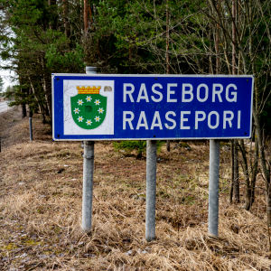 Raasepori-kyltti kunnan rajalla.