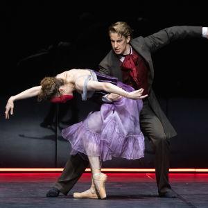 """Balettdansare på scen under Nationalbalettens """"Jekyll & Hyde""""."""