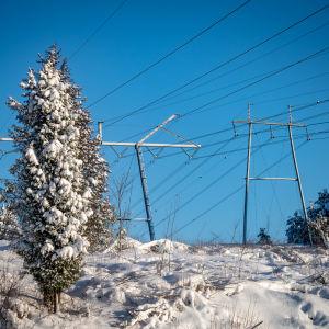 Sähkölinja talvisessa maisemassa.