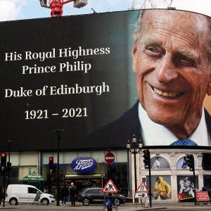 Prinssi Philipin kunniaksi laitettu muistoltaulu talon seinässä.