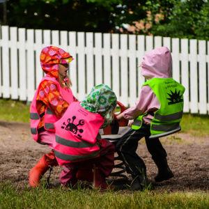 Barn leker i lekparken