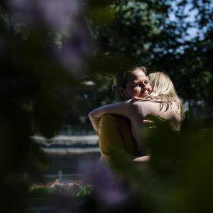 Tamperelainen tyttö hyötyi saatuaan itselleen ADHD-lääkityksen. Tyttö valokuvattiin äitinsä kanssa Tampereella aurinkoisena päivänä kesäkuussa 2020.