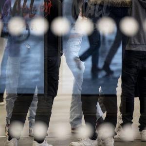 Unga som samlats i klunga i köpcenter
