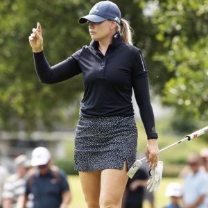 Matilda Castren fokuserar på golfplanen.