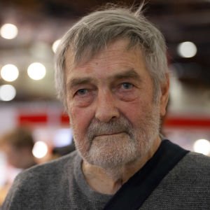 Kirjailija Claes Andersson kirjamessuilla.