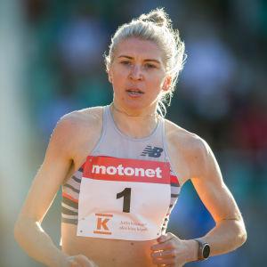 Sara Kuivisto löper i Jyväskylä.