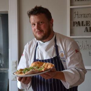 Michael Björklund presenterar plåtbröd med böckling.